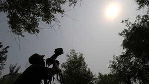 مصور يحاول التقاط صور للشمس