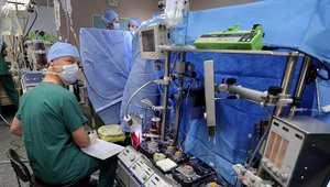 طاقم طبي فرنسي أثناء جراحة قلب مفتوح