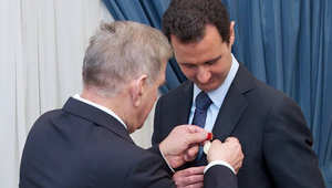 صورة من وكالة الأنباء السورية للأسد وهو يتلقى الميدالية
