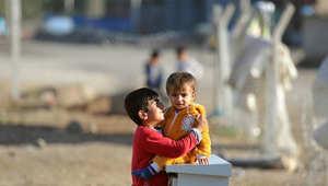 طفلان سوريان في أحد مخيمات اللجوء داخل تركيا