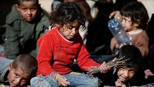 أطفال سوريون يلهون قرب الحدود السورية التركية