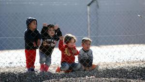 مجموعة من الأطفال السوريين في مخيم للجوء بتركيا