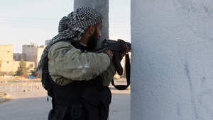 أحد المقاتلين يشارك في عمليات قتالية بسوريا