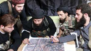 مجموعة من المقاتلين يخططون لإحدى العمليات في حلب شمال سوريا