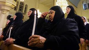 راهبات معلولا يصلين في إحدى كنائس دمشق بعد إطلاق سراحهن