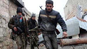 مقاتلون سوريون يحملون سلاحهم في أحد أحياء مدينة حلب