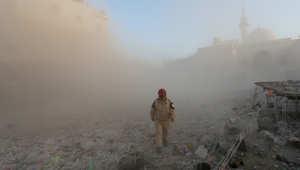سحب الغبار تغطي منطقة بعد قصفها