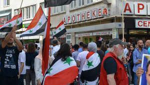 صور في فرانكفورت لمواطنين يحملون العلم السوري