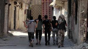 مجموعة من المقاتلين السوريين في أحد شوارع منطقة ريف دمشق