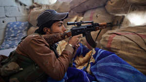 أحد المقاتلين السوريين المتمركزين في منطقة قرب عين العرب