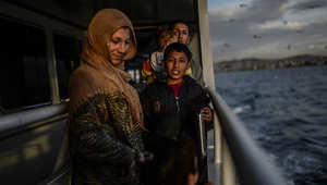 عائلة سورية على متن باخرة تنقلهم من تركيا إلى أوروبا