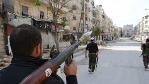 صورة أرشيفية لعدد من أعضاء الجيش السوري الحر يسيرون في شوارع حلب