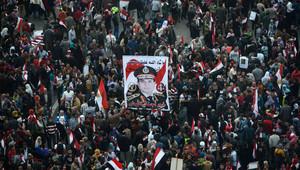 مصريون يحملون صورة السيسي في ميدان التحرير