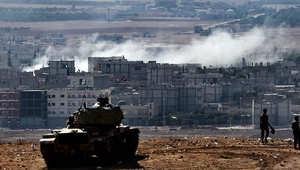 دبابة تركية تراقب عمليات القتال في كوباني على الحدود مع سوريا