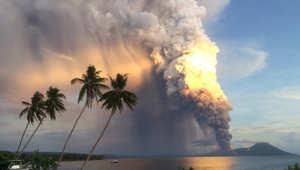 يغيّر مسار الطائرة ليسلّي الركاب بمشاهدة حمم البركان