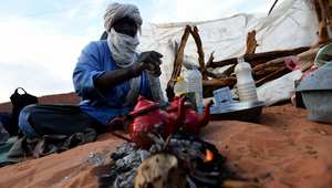 الشاي الصحراوي .. عندما يتحوّل إعداد مشروب شعبي إلى فرصة لقتل الوقت