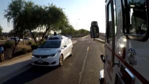 شاهد كيف تتفادى سيارات ذكية مركبات الطوارئ