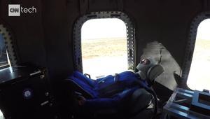 شاهد.. دمية تسافر إلى الفضاء وتعود على متن صاروخ استعدادا لرحلات تجارية