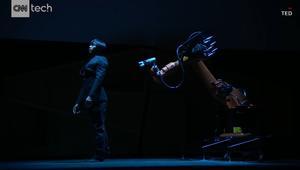 مهندس يراقص روبوتا قام ببرمجته