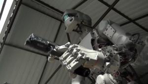 شاهد إطلاق هذا الروبوت الروسي النار من مسدسه!