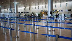 قاعة المغادرين في مطار تل أبيب خاوية من المسافرين