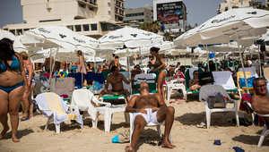 اسرائيليون على الشاطئ في تل أبيب