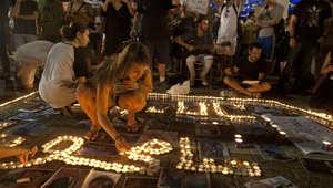 كلمة سامحونا باللغة العربية يكتبها بالشموع ناشطون من اليسار الإسرائيلي في تل أبيب للاعتذار للضحايا الفلسطينيين والإسرائيليين