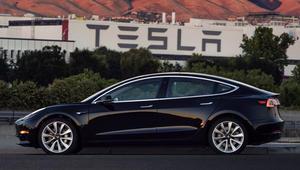 """إيلون موسك ينشر صورة لأول سيارة """"موديل3"""" من إنتاج تسلا"""