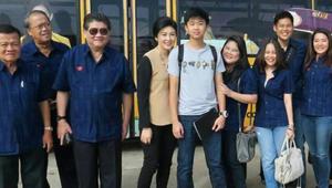رئيس وزراء تايلاند السابقة في صورة مع ابنها والوفد المرافق
