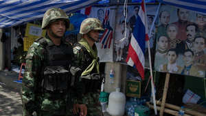 اثنان من عناصر الجيش التايلندي يسيران في أحد شوارع العاصمة