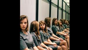 """كم فتاة في هذه الصورة؟ اكتشفوا """"صرعة"""" الإنترنت الجديدة والإجابة الصحيحة هي.."""