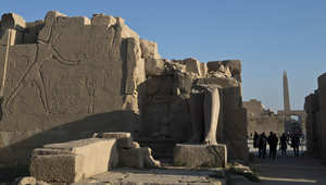 صورة أرشيفية لعدد من السياح يزورون معبد الكرنك في الأقصر