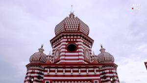 هل تعرف أين يقع هذا المسجد الأحمر الكبير؟