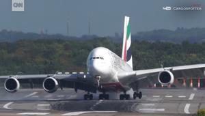 شاهد.. أكبر طائرة ركاب تترنح خلال الهبوط بسبب الرياح المتقاطعة