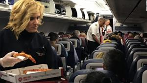 شركة طيران توزع شطائر البيتزا مجاناً لركابها..والسبب؟