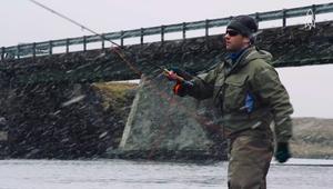 هكذا تصطاد الأسماك بالذباب في الأنهار الجليدية