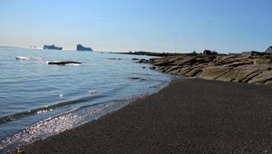 فقط في غرينلاند.. شاطئ صنعته البراكين وغمرته الثلوج