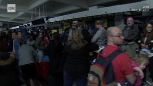 شاهد.. فوضى بالمطار الأكثر ازدحاما في العالم