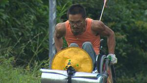رجل يسافر عبر الصين على متن كرسيه المتحرّك