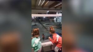منافسة في الرقص بين طفلتين وموظف بالمطار