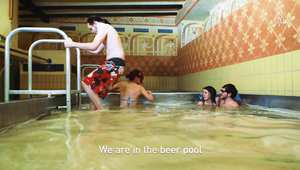"""الإستحمام في """"بركة مليئة بمشروب البيرة"""".. تجربة فريدة من نوعها تعيشها مرة في العمر"""