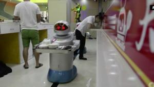 """""""الروبوتات"""" تغزو المطاعم في الصين..فما مصير الندل البشر؟"""