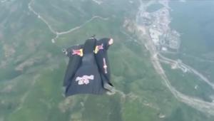 قفزة مجنونة من طائرة لإصابة هدف على سور الصين العظيم