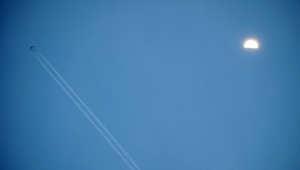 صورة ارشيفية لطائرة تحلق عاليا في الجو