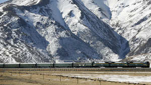 أحد القطارات الصينية في المرتفعات المغطاة بالثلوج