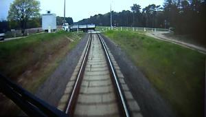 شاهد ماذا حصل عندما تفاجىء قطار مسرع بشاحنة متوقفة بمساره