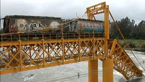 شاهد.. سقوط قطار إثر انهيار جسر في نهر بتشيلي