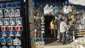 أحد محال بيع التحف للسياح في سيدي بوزيد التونسية