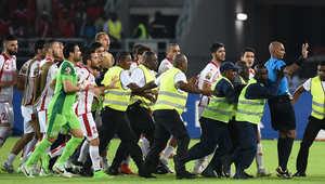 لاعبو المنتخب التونسي يهاجمون الحكم في أعقاب مباراتهم مع منتخب غينيا الاستوائية