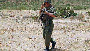 جندي تونسي خلال حراسته منطقة قرب الحدود الجزائرية